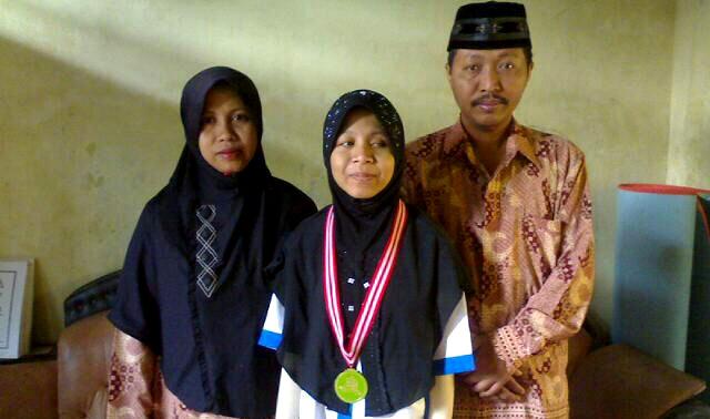 Nimas Ayu Azhari bersama kedua orangtuanya. Foto. Frediansyah Firdaus