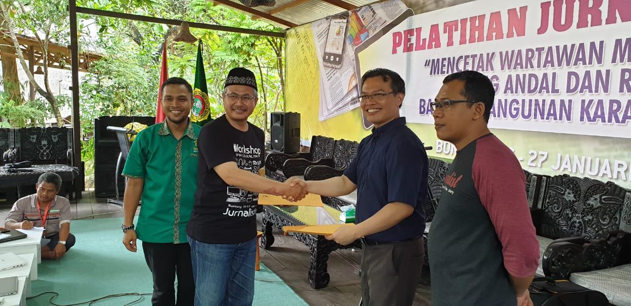 Panca Purnama menerima ucapan terima kasih dari Prof Krishna P Candra disaksikan Ludhy Cahyana dan Sekretaris DPW Wildan Taufik. Foto: Dika/Bontang