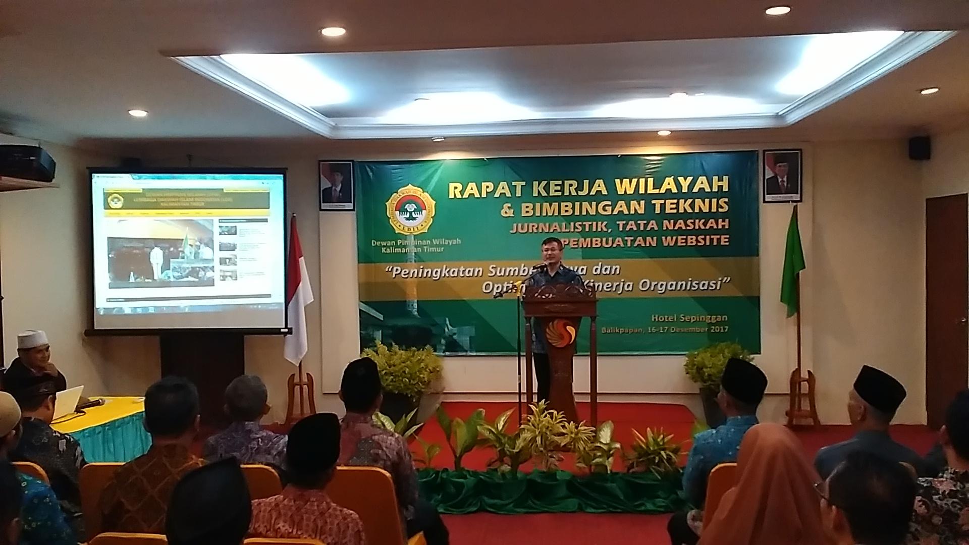 Ketua DPW LDII Kalimantan Timur Prof Dr Ir Krishna Purnawan Candra memberi sambutan Rakerwil 2017 sekaligus meresmikan situs resmi http://kaltim.ldii.or.id, Sabtu (16/12/2017) . Foto: LINES