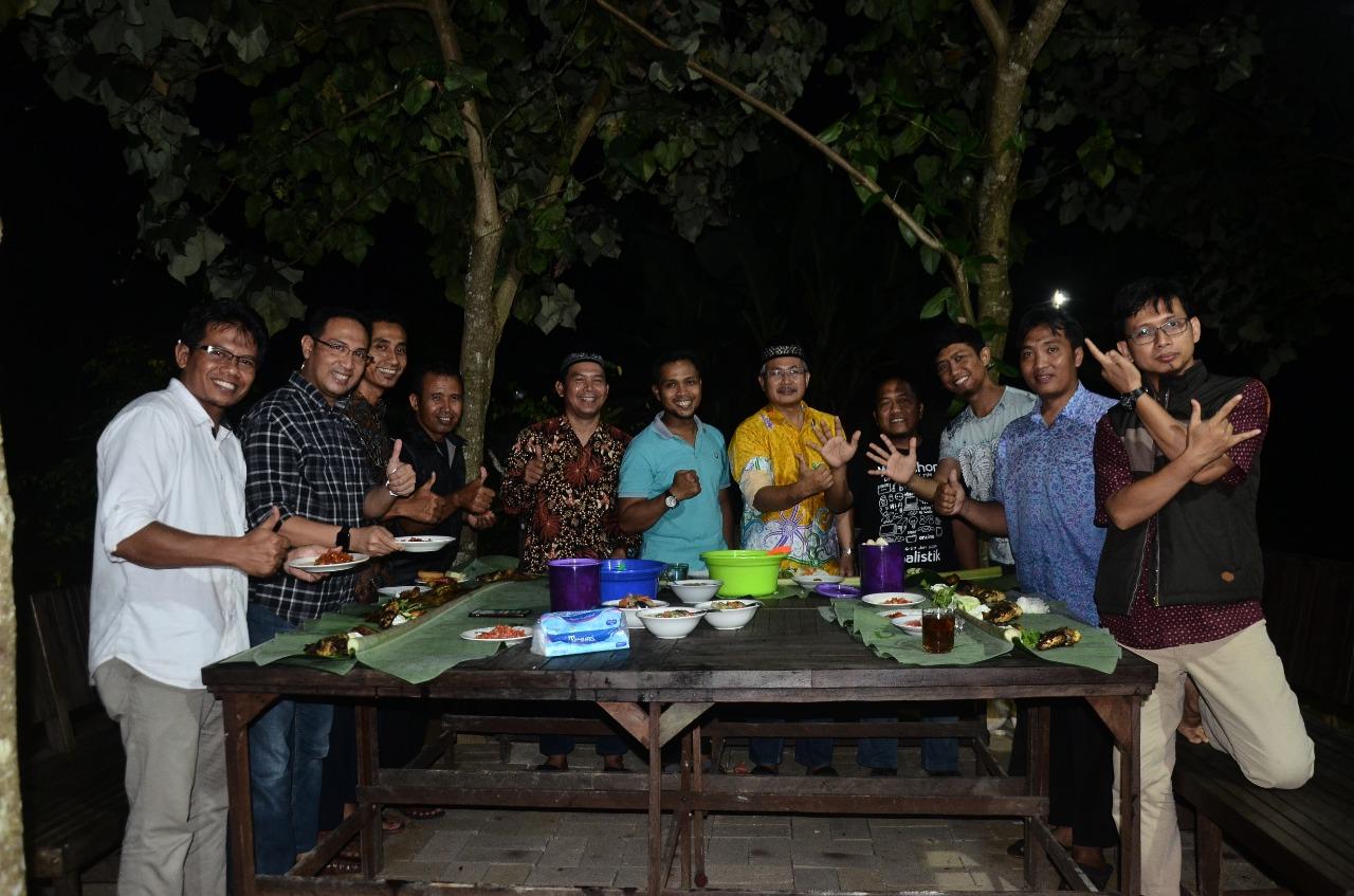 Kearkraban panitia makan malam bersama. Foto: Mifta/LINES