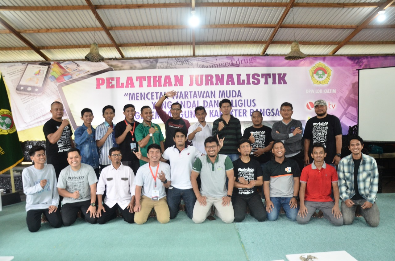Foto bersama peserta, panitia, dan narasumber pelatihan jurnalistik. Foto: Mifta/LINES