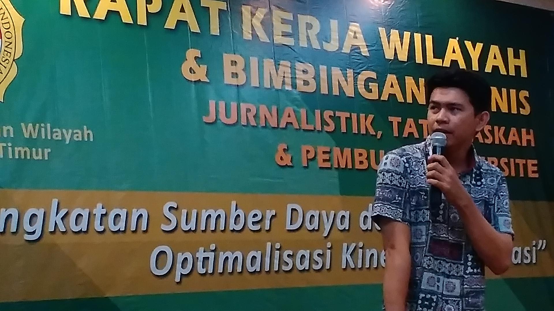 Raymond Chouda, praktisi media dan jurnalis Kaltim Post saat memberikan paparan. Foto: LINES