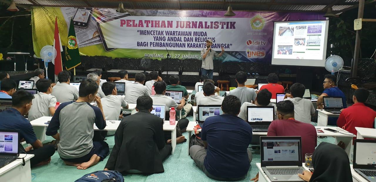 Suasana pelatihan sesi mengelola website dari Biro KIM DPW LDII Kalimantan Timur, Sabtu (26/1). Foto: Dika/Bontang