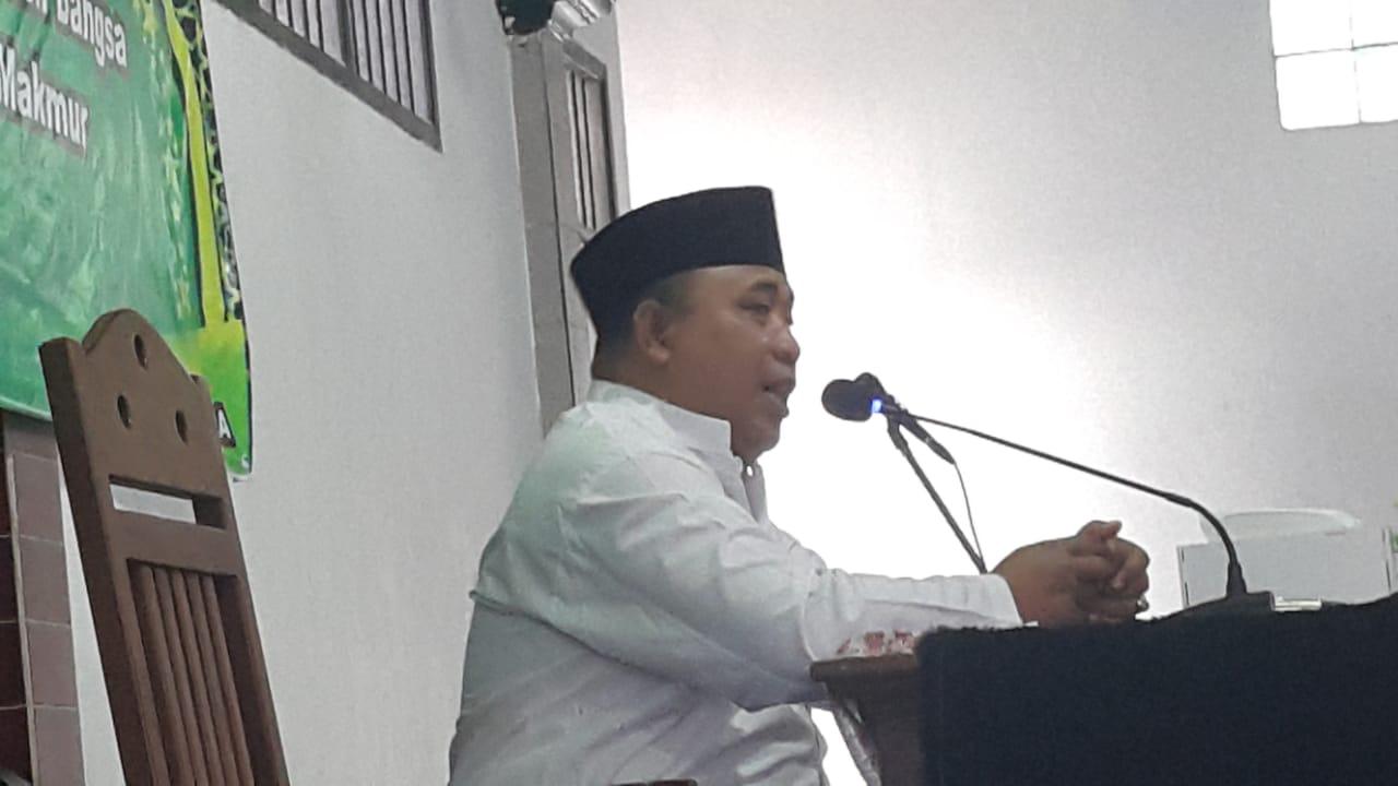 KH Drs Muslikh SPdI Ketua MUI Balikpapan Utara yang juga pengurus Nahdlatul Ulama (NU) saat memberikan tausyiah di Masjid Al Mabrur Jalan AW Syahranie Balikpapan, Minggu (15/12). Foto: LINES