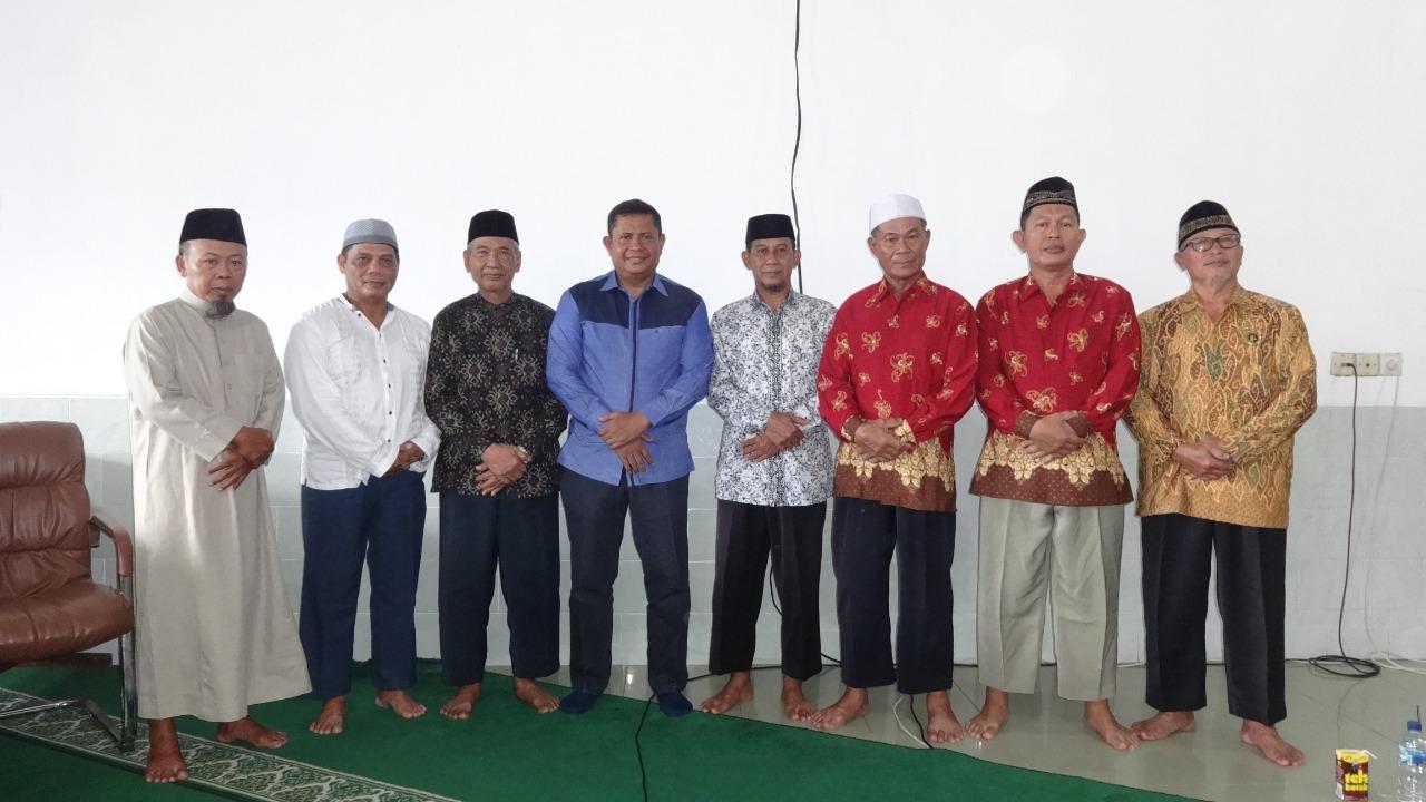 Kasat Intelkam Polresta Balikpapan AKP H Sarbini (baju biru) bersama pengurus Masjid Baitul A'la Sepinggan, Minggu (15/12). Foto: LINES)