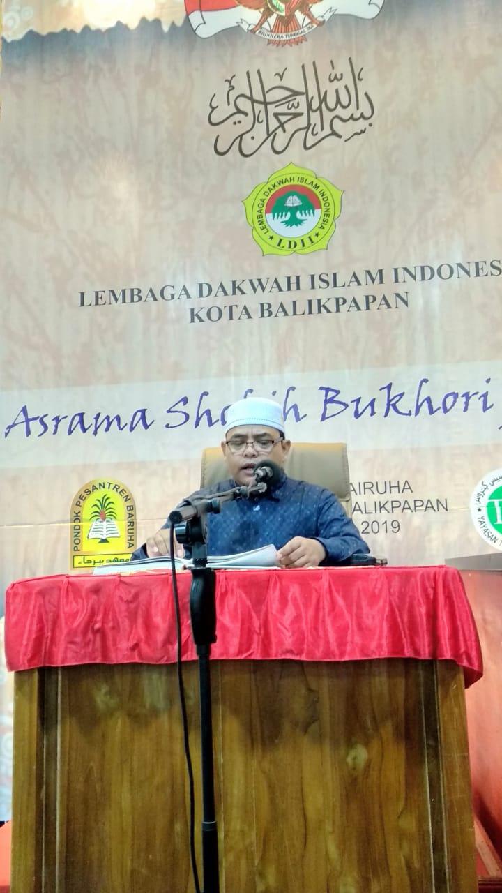 Guru Ponpes Wali Barokah H Rifata Zanit Saifullah S.PdI saat menyampaikan materi pengajian Hadits Sahih Bukhori. Foto: LINES