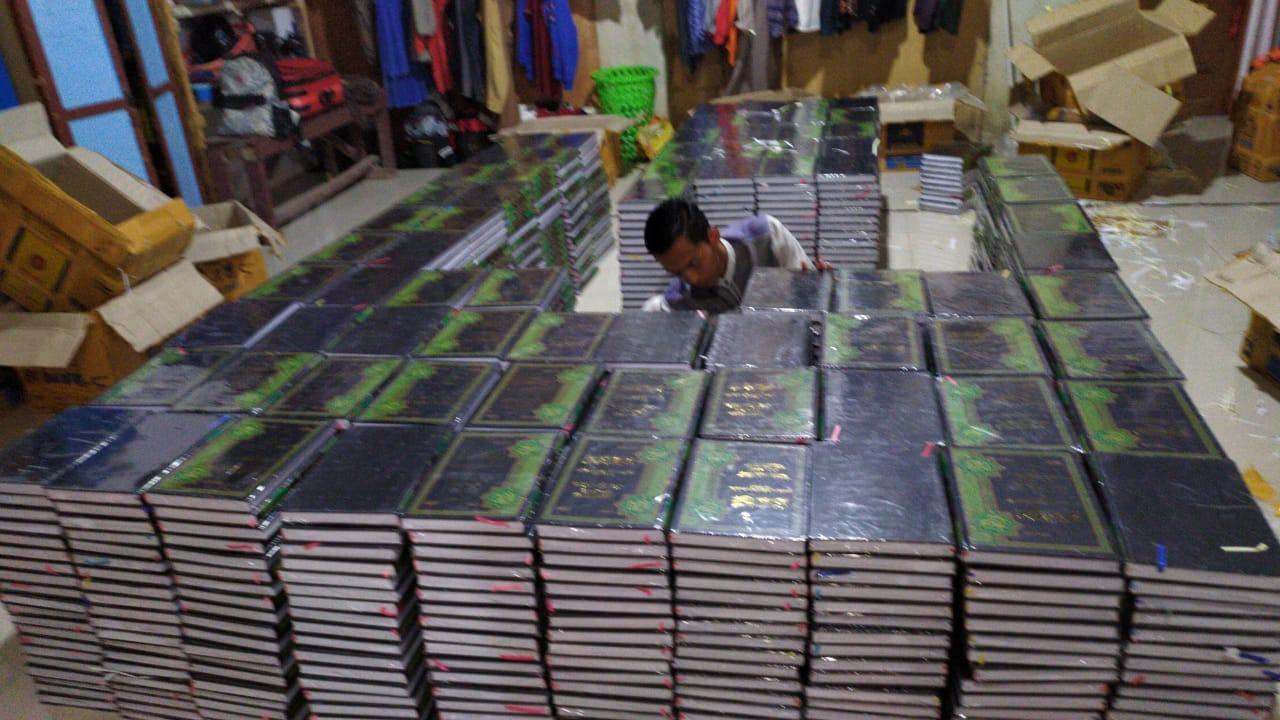 Sebanyak 1.510 Kitab Hadits Sahih Bukhari disediakan untuk peserta pengajian. Foto: LINES.
