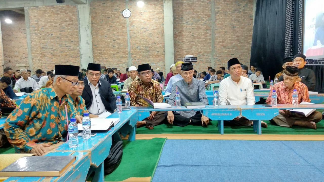 Undangan dan tokoh masyarakat duduk menyimak pengajian Hadits Sahih Bukhari Juz II. Foto: LINES