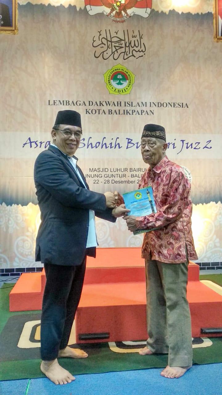 Ketua LDII Balikpapan H Herry Fathamsyah SE menyerahkan Jurnal Kegiatan LDII 2019 kepada Ketua MUI KH Muhmmad Kasim Pallanju. Foto: LINES