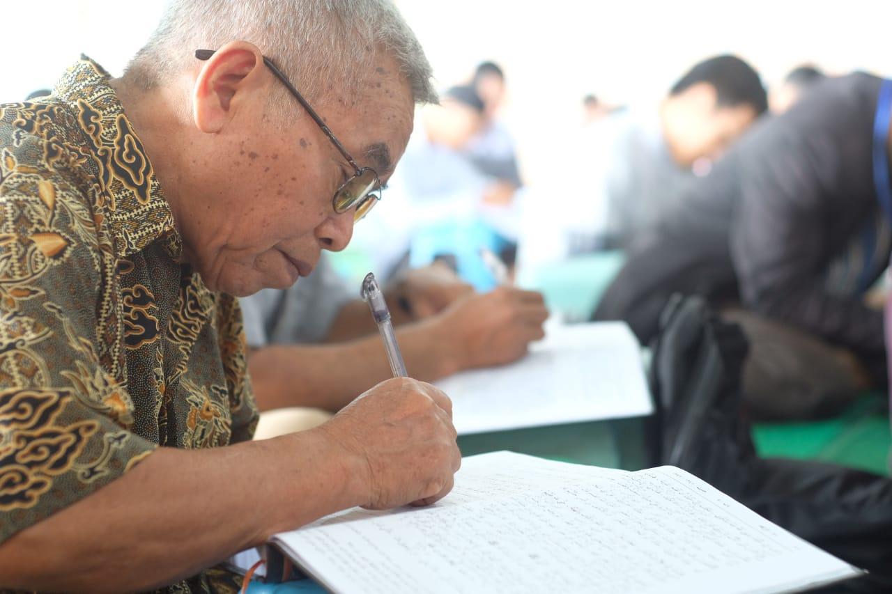 Bukan hanya remaja. orang tua pun tampak semangat mengaji kitab Hadits Sahih Bukhari yang digelar DPD LDII Balikpapan selama 6 hari, mulai Minggu (22/12) s.d Sabtu (28/12). Foto: LINES