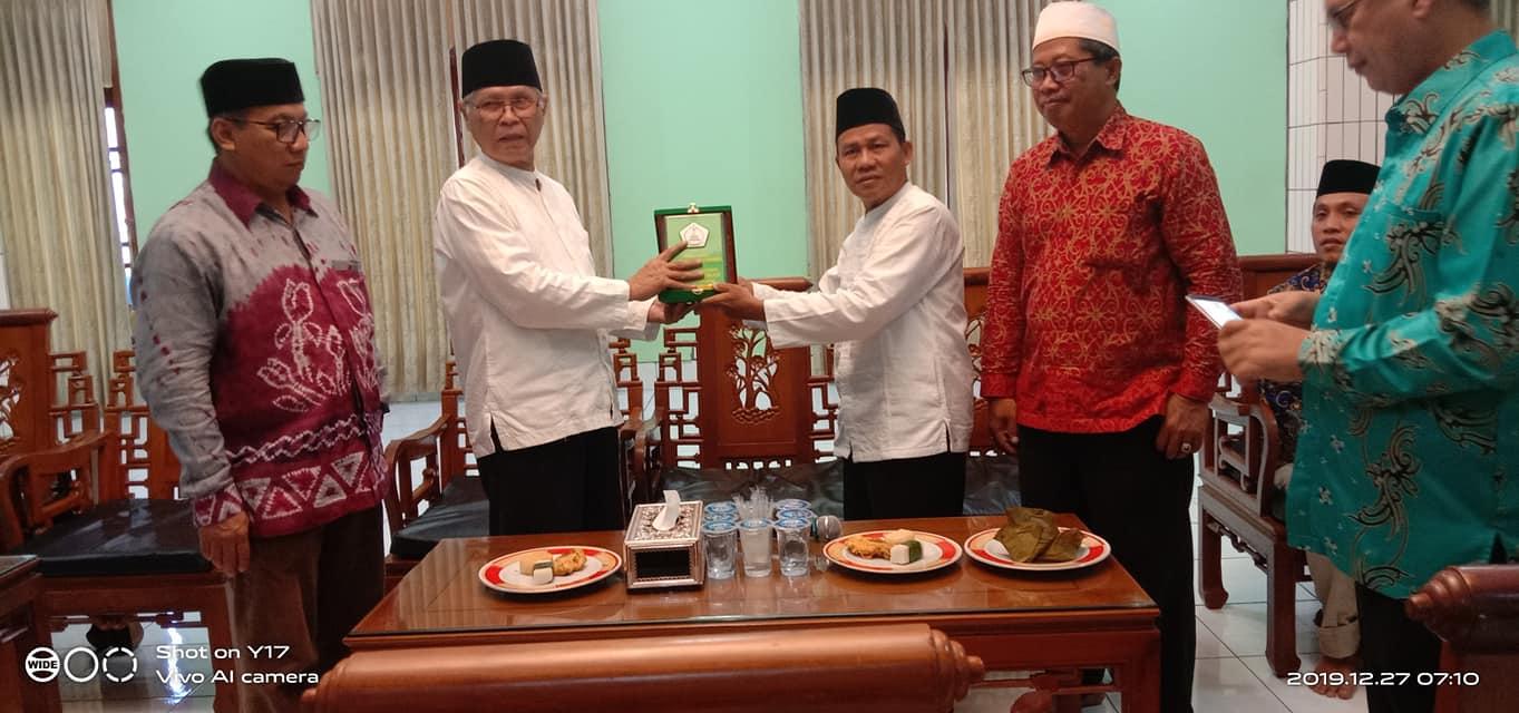 Serah terima Cinderamata ole Ketua Ponpes Wali Barokah KH Soenarto MSi kepada pengurus MUI PPU, kamis (26/12/2019). Foto: LINES