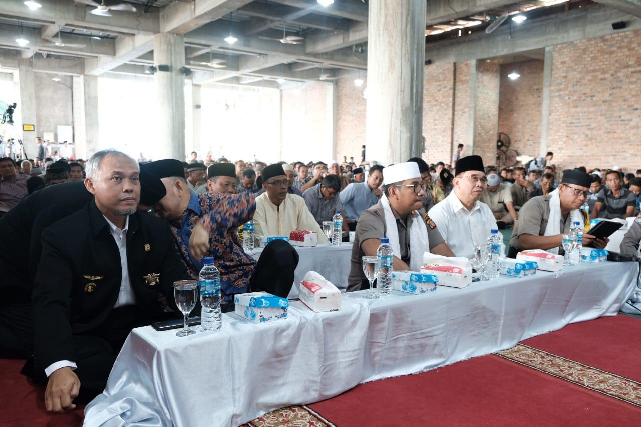 Kombes Pol Turmudi bersama pengurus LDII menyimak pengajian di Masjid Luhur Bairuha, Minggu (9/2). Foto: LINES