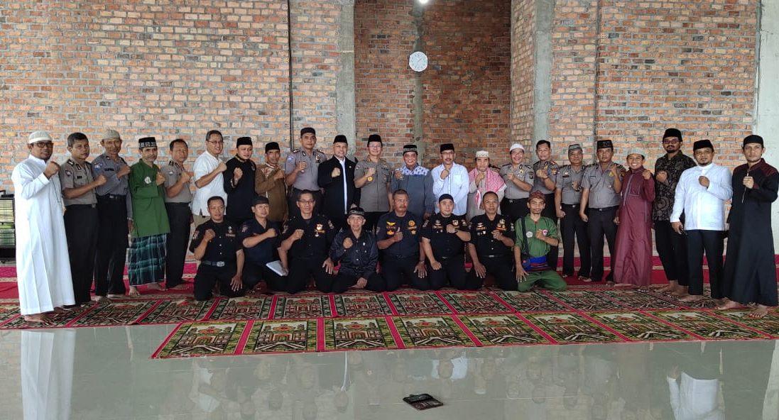Foto bersama jajaran Binmas Polda Kaltim, pengurus LDII, Senkom Mitra Polri, dan pengasuh Pondok Pesantren Bairuha Balikpapan, Jumat (21/2). Foto: Istimewa