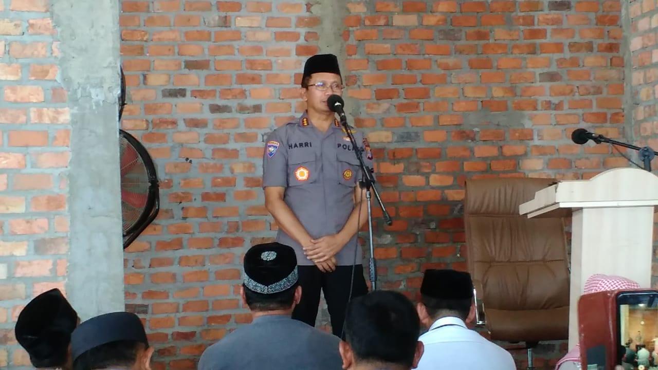 Kombes Pol Harri Muharram Firmansyah SIK saat perkenalan dan memberikan sambutan di Masjid Luhur Bairuha, Jumat (21/2). Foto: LINES