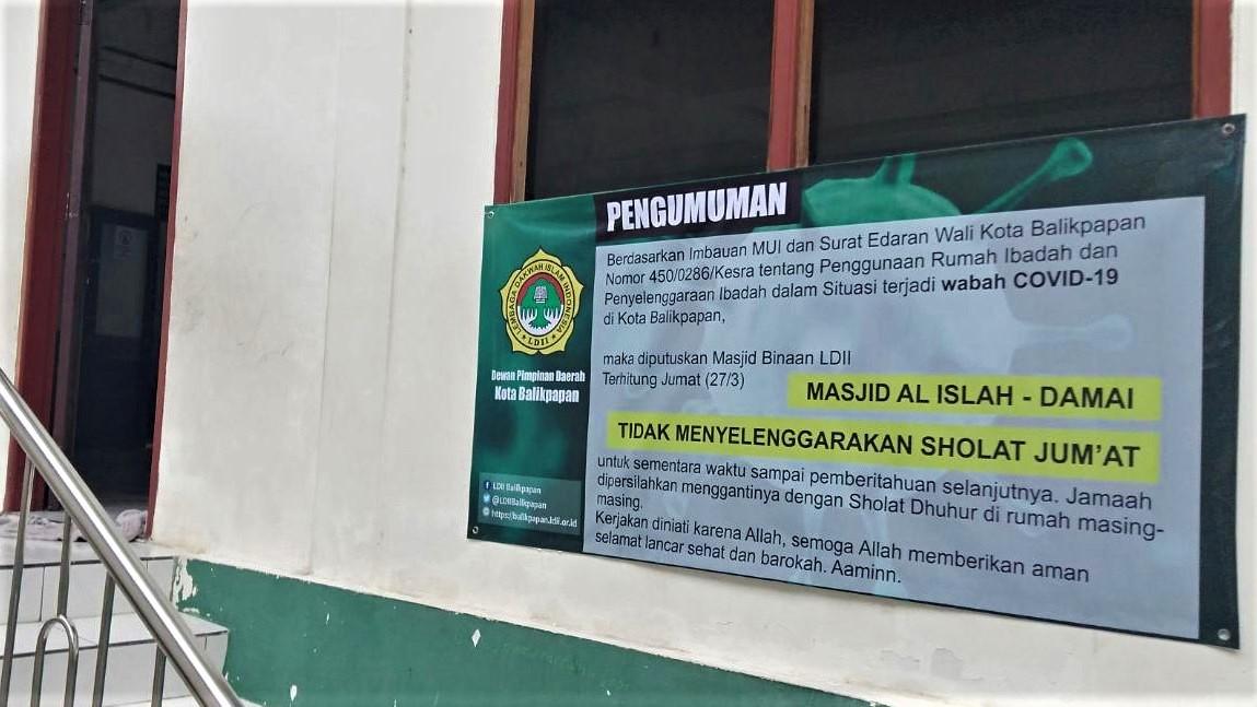 Spanduk pengumuman tidak menyelenggarakan Salat Jumat sesuai Edaran Wali Kota Balikpapan di salah satu masjid binaan LDII. Foto: Istimewa