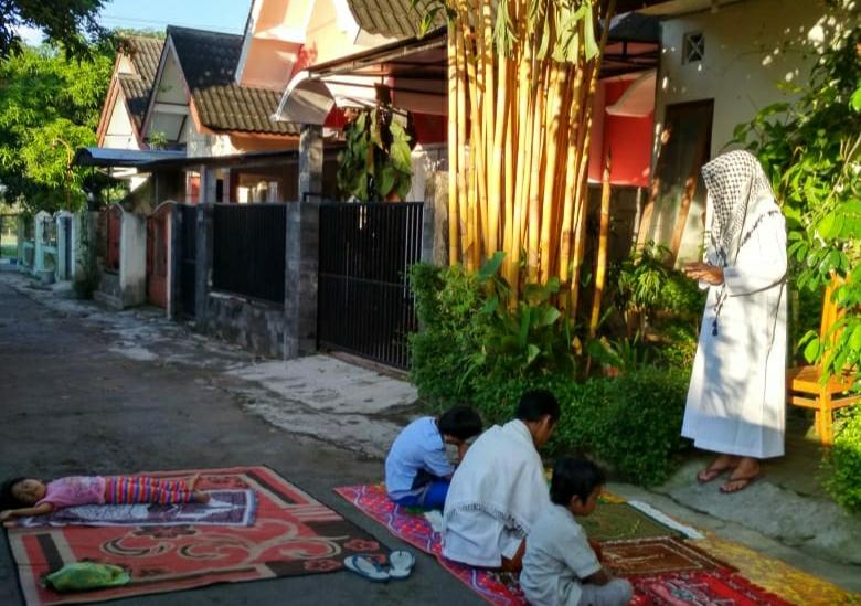 Keluarga Atus Syahbudin menggelar Salat Id di depan halaman kediamannya di Yogyakarta, Minggu (24/5). Foto; Atus Syahbudin