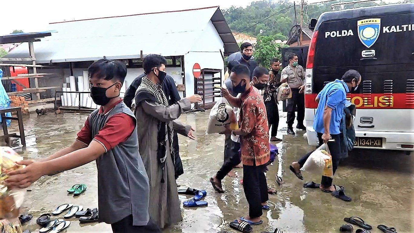 Distribusi Bantuan Sosial Sembako Direktorat Binmas Polda Kaltim diterima Masjid Luhur Bairuha, Jumat (3/7). Foto: LINES