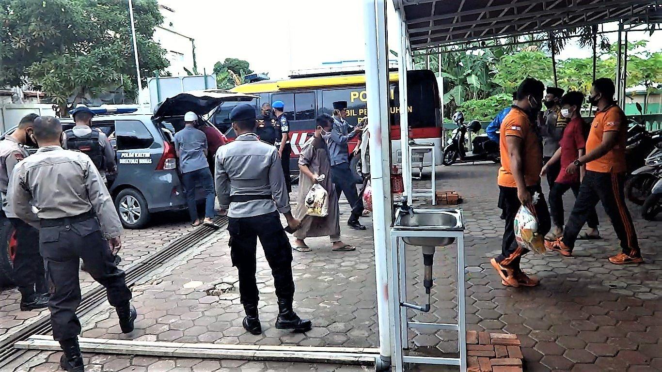 Distribusi Bantuan Sosial Sembako Direktorat Binmas Polda Kaltim diterima Masjid Baitul A'la Sepinggan, Jumat (10/7). Foto: LINES
