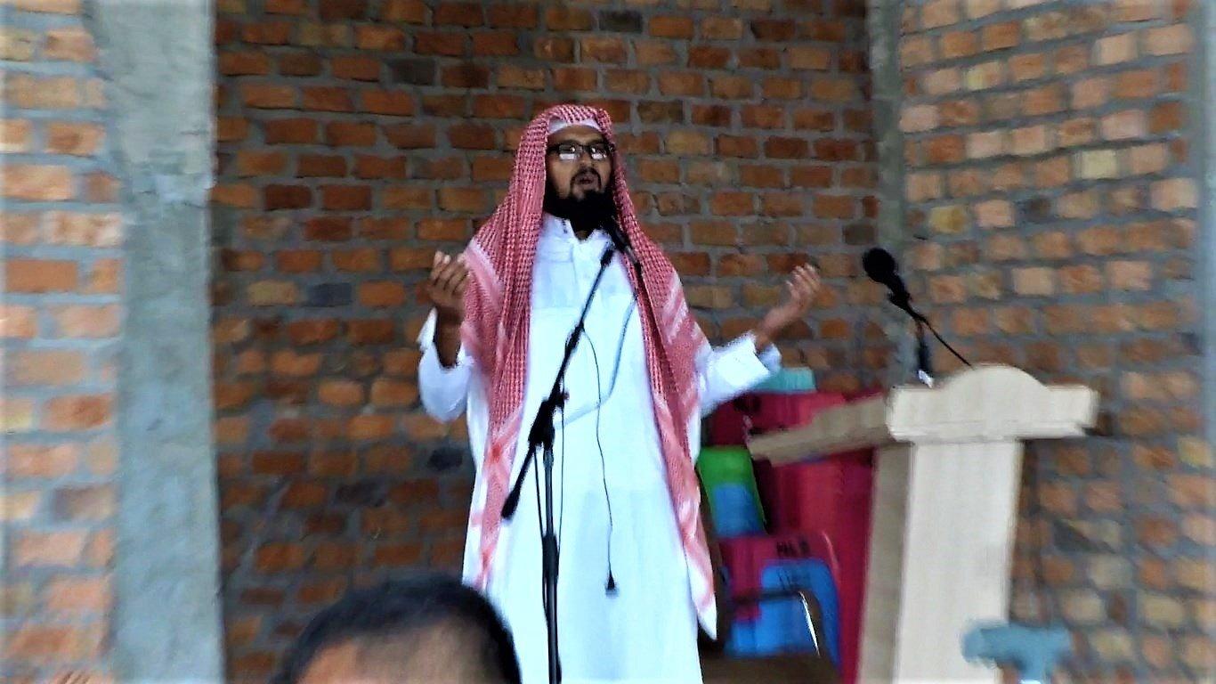 Ustaz Suwondo memimpin doa usai serah terima bantuan sosial sembako dari Polda Kaltim untuk Masjid Luhur Bairuha, Jumat (3/7). Foto: LINES