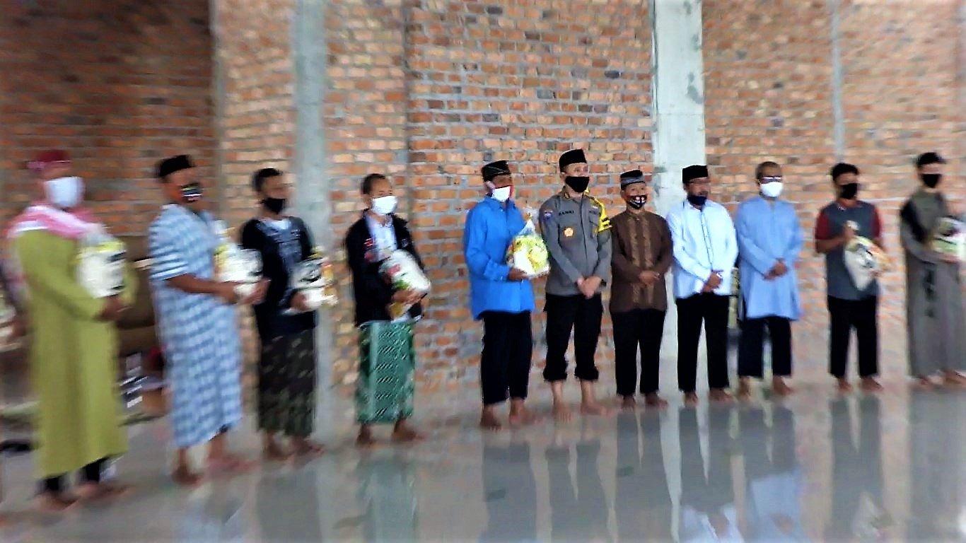 Serah terima bantuan sosial sembako untuk warga sekitar Masjid Luhur Bairuha, Jumat (3/7). Foto: LINES