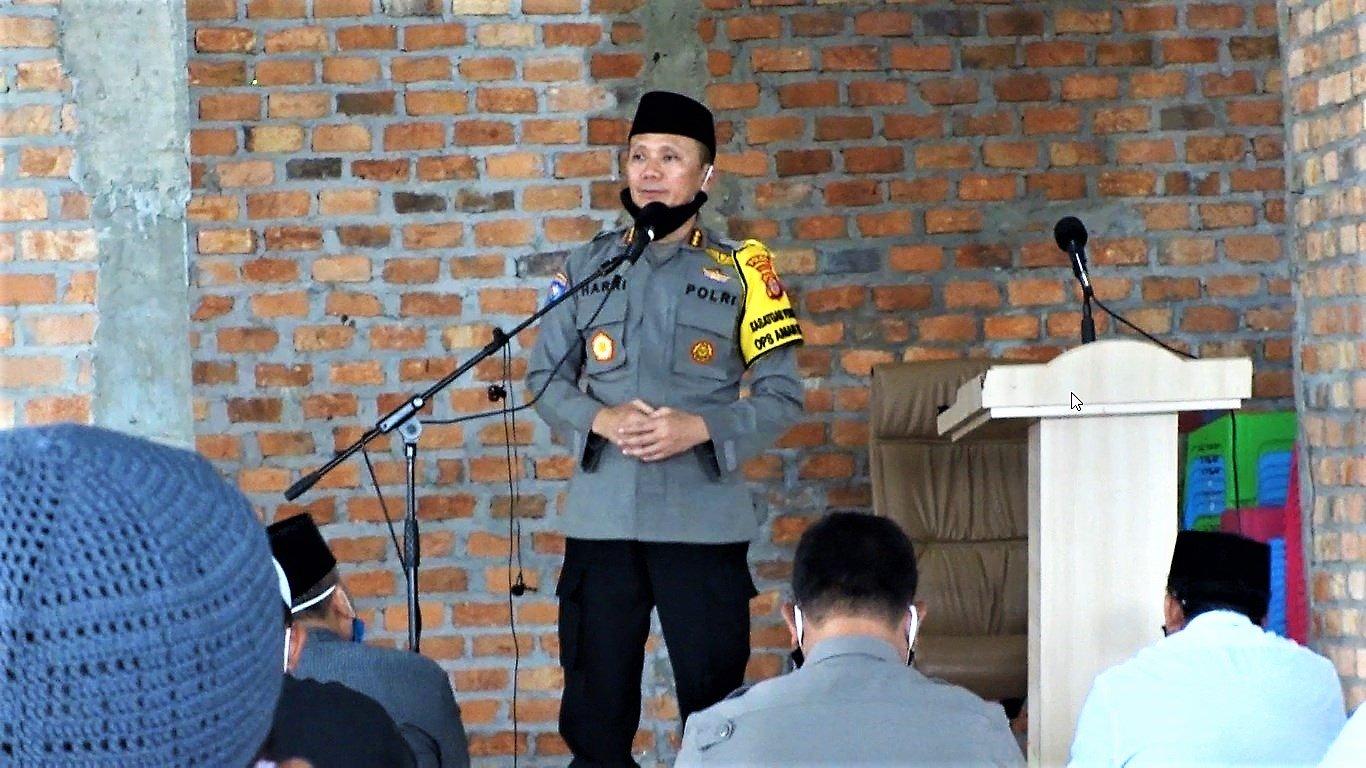 Kombes Pol Harri Muharram SIK saat memberikan tausiyah di hadapan jamaah Masjid Luhur Bairuha, Jumat (3/7). Foto: LINES