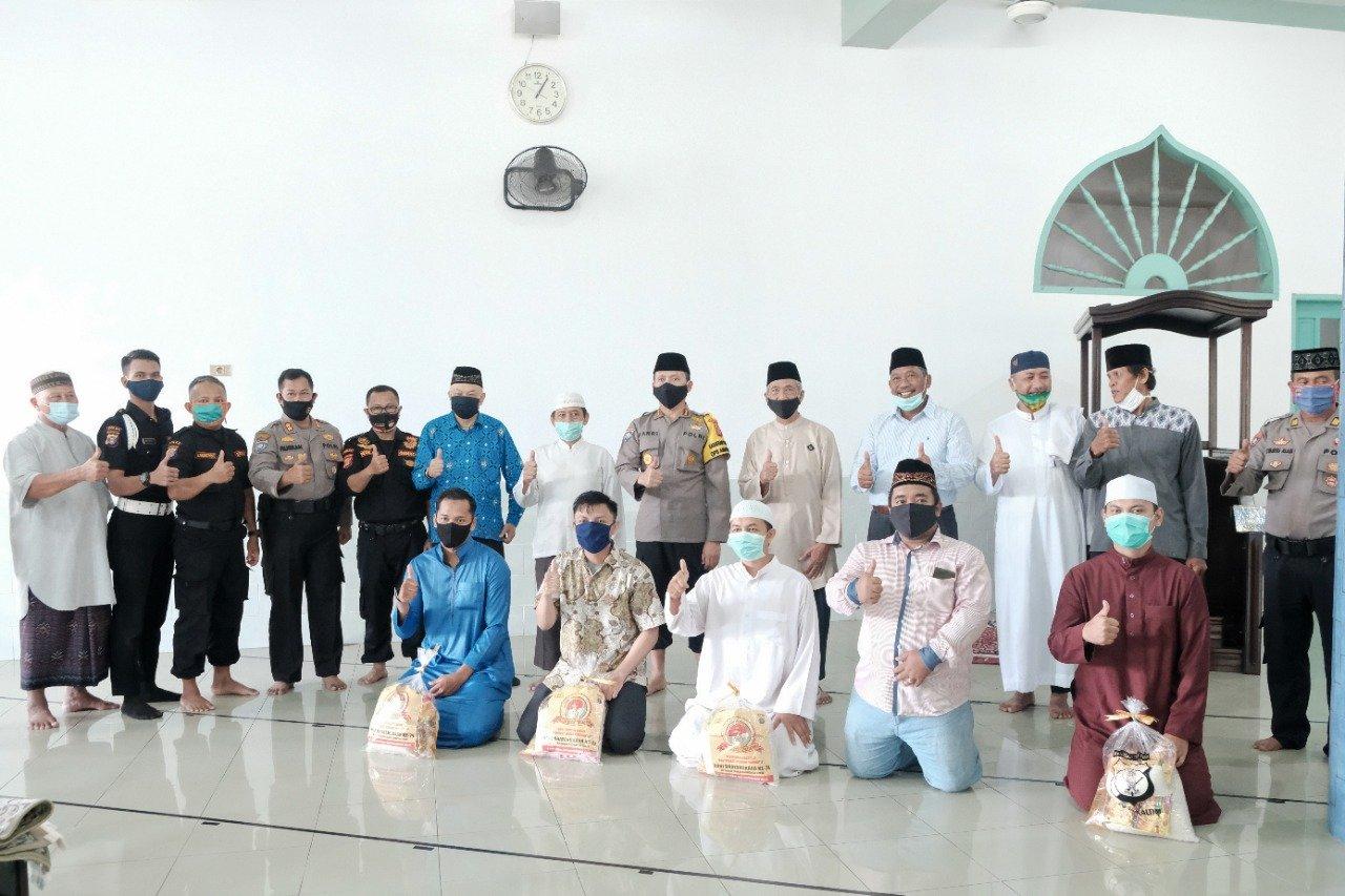 Serah terima bantuan sosial Direktorat Binmas Polda Kaltim pada Masjid Baitul A'la Sepinggan Balikpapan, Jumat (10/7). Foto: Ari Bpn