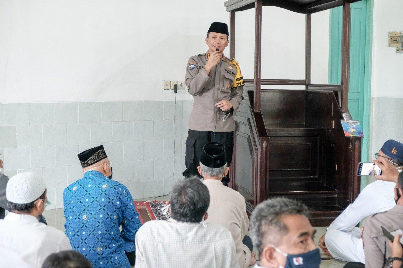 Tausiyah agama oleh Direktur Binmas Polda Kaltim Kombes Pol Harri Muharram Firmansyah SIK di Masjid Baitul A'la Sepinggan, Jumat (10/7). Foto: Ari Bpn