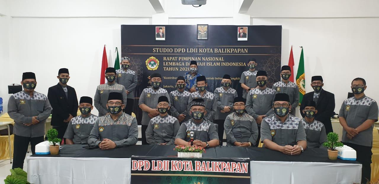 Jajaran pengurus LDII Balikpapan usai mengikuti Rapimnas daring di Studio Mini Kompleks Ponpes Bairuha, Kamis (20/8). Foto: Istimewa