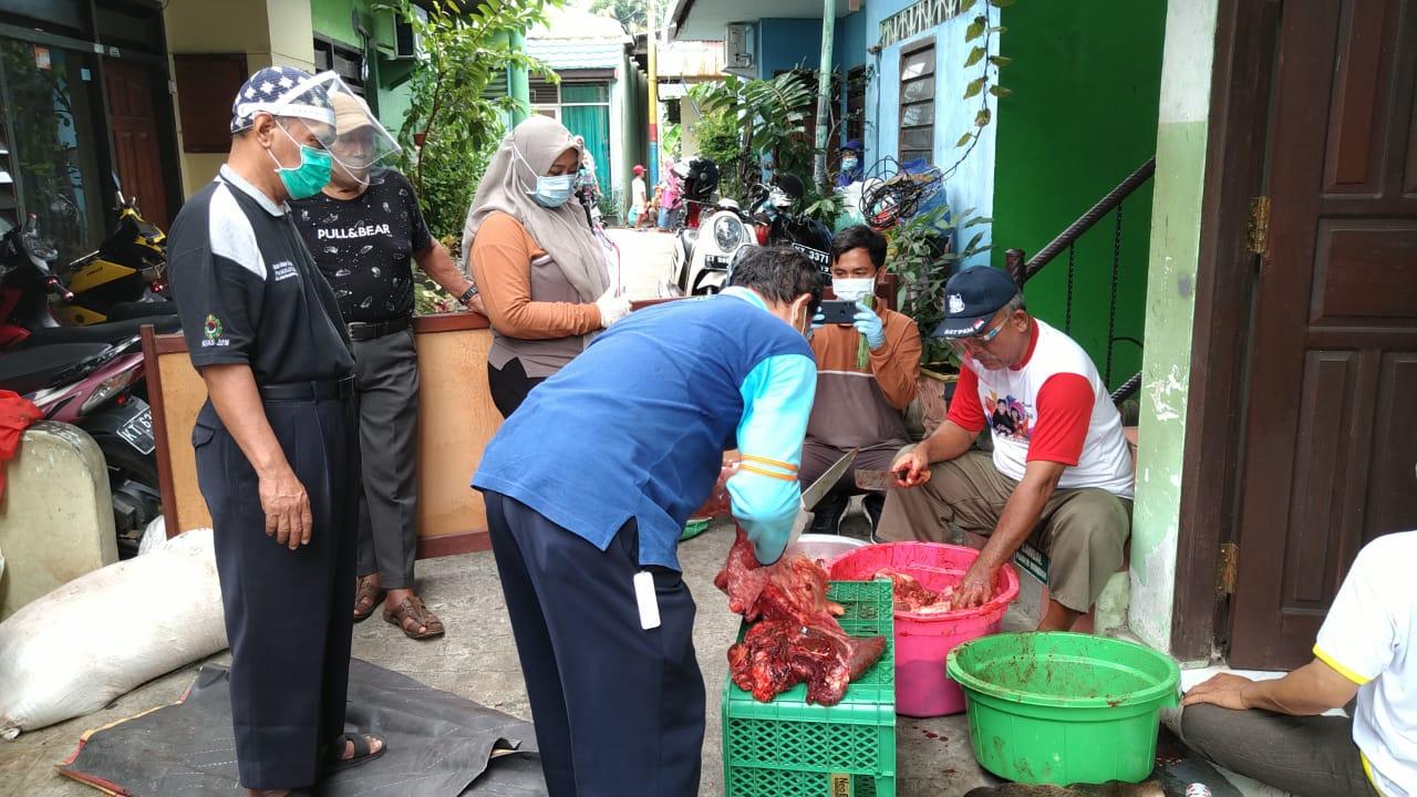 Pemeriksaan daging kurban oleh petugas Dinas Peternakan Balikpapan, Jumat (31/7/2020). Foto: Istimewa