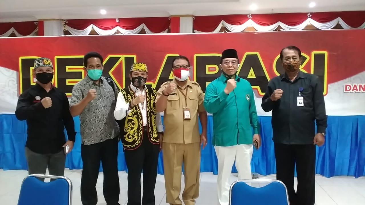 Foto bersama Kepala Kesbangpol I Ketut Rasna dan Ketua FKDM Leo Sukoco, Selasa (24/11). Foto: LINES