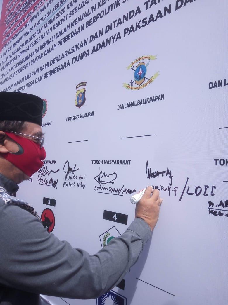 Ketua DPD LDII Kota Balikpapan H Herry Fathamsyah menandatangani deklarasi Pilkada damai 2020. Foto: Istimewa