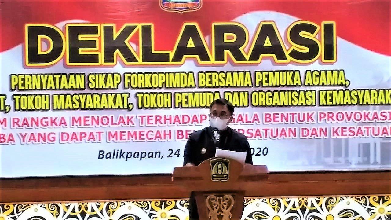 Wali Kota Balikpapan Rizal Effendi saat memberikan sambutan pada Deklarasi dan Pernyataan bersama pemuka agama dan tokoh masyarakat di Aula Pemerintah Kota Balikpapan, Selasa (24/11). Foto: LINES