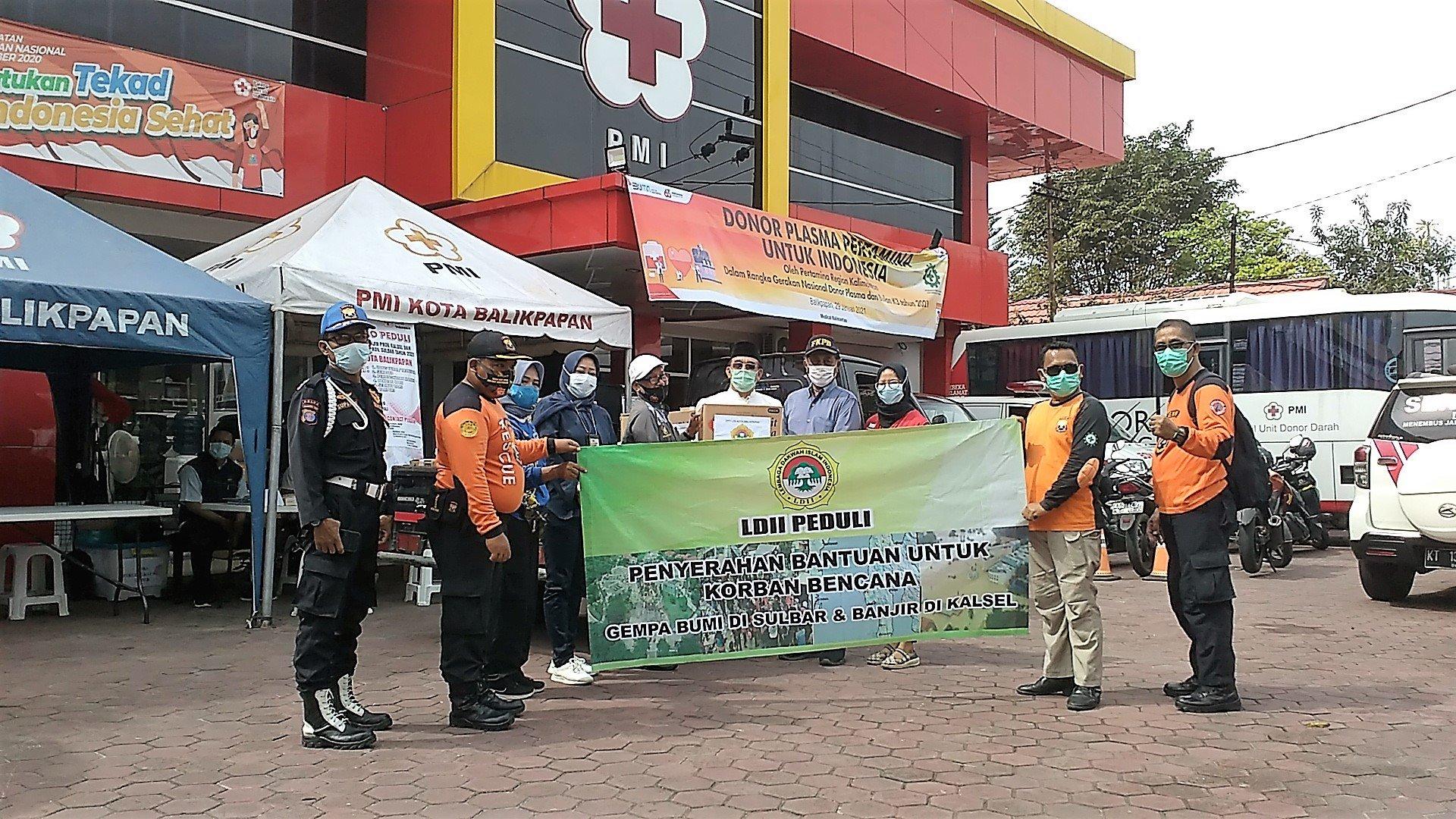 LDII Balikpapan menyerahkan paket bantuan untuk korban bencana alam Sulawesi Barat dan Kalimantan Selatan lewat Palang Merah Indonesia (PMI), Senin (1/2). Foto: LINES