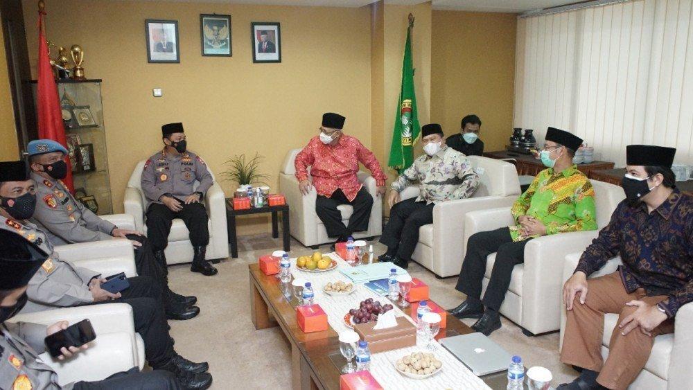 Kapolri Jenderal Pol Listyo Sigit Prabowo melanjutkan silaturahim ke ormas-ormas Islam. Ia mendatangi Kantor DPP Lembaga Dakwah Islam Indonesia (LDII) di Jalan Tentara Pelajar, Patal Senayan, Jakarta Selatan, pada Selasa (9/3/2021).